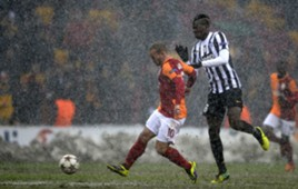 Galatsaray's Wesley Sneijder (L) and Juventus' Paul Pogba