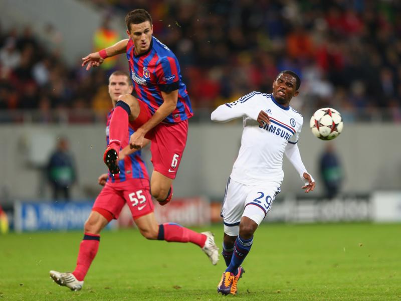Florin Gardos (L) of Steaua Bucuresti and Samuel Eto'o (R) of Chelsea 10012013
