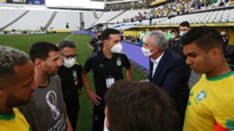 Tite talking to Lionel Scaloni after the suspension of Brazil's match with Argentina