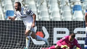 Gonzalo Higuain Pescara v Juventus Serie A 04152017