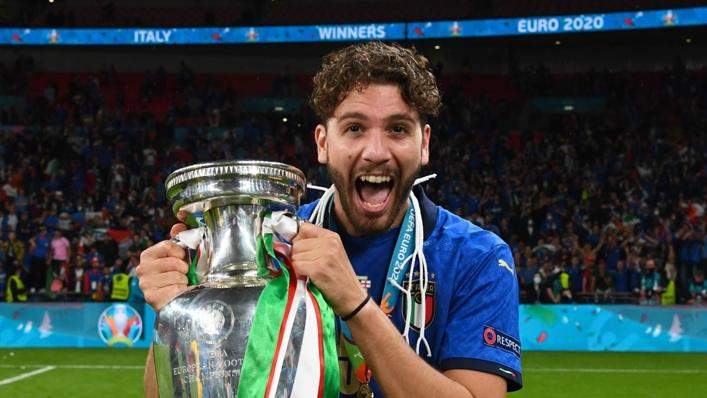 Manuel Locatelli celebrates Italy's Euro 2020 triumph