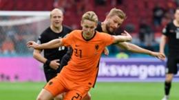 Frenkie de Jong shrugs off a challenge against Austria
