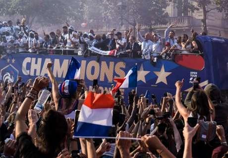France get heroes' welcome in Paris