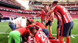 Atletico Madrid players celebrate Luis Suarez's late winner