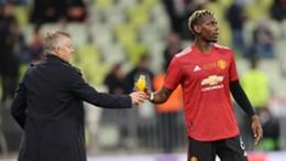 Manchester United boss Ole Gunnar Solskjaer (l) and midfielder Paul Pogba
