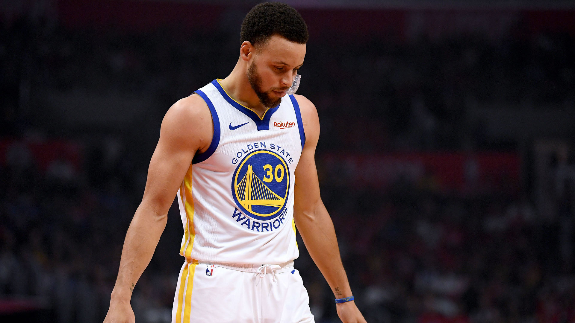 1094e094641 Warriors  Stephen Curry OK after rolling ankle