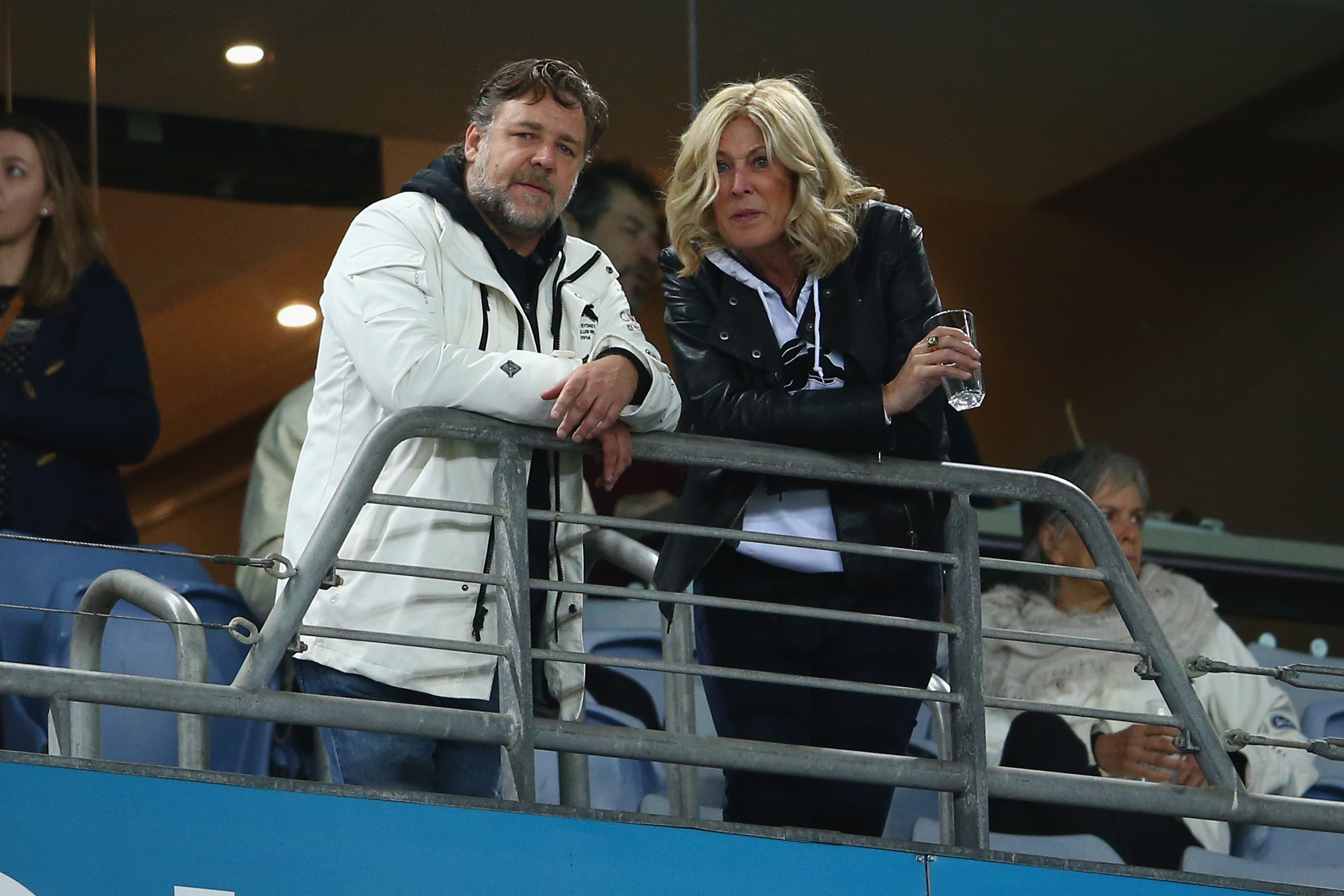 gde dating russell crowe julie burgess partnervermittlung  Burgess family hits back at Russell Crowe dating rumours.