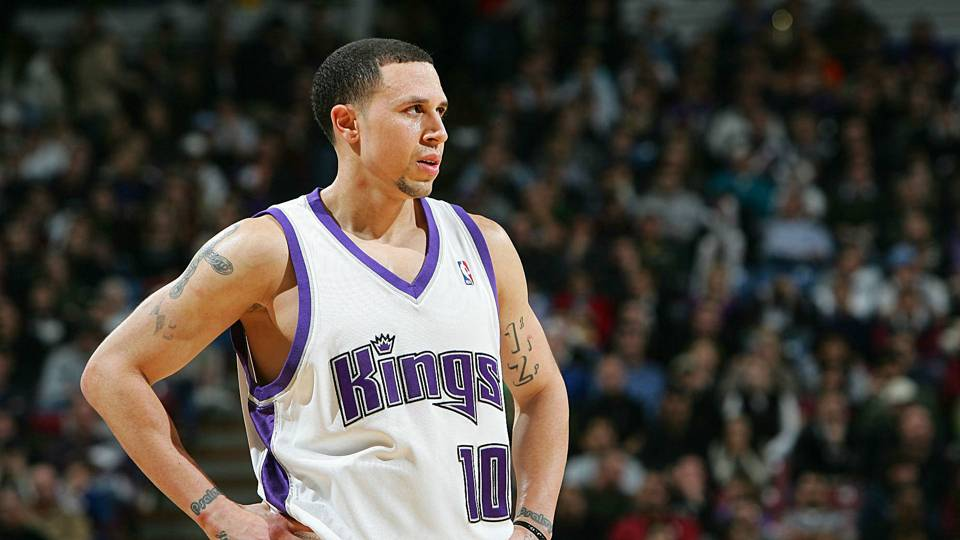 Twitter reacts to former PG Mike Bibby looking incredibly jacked