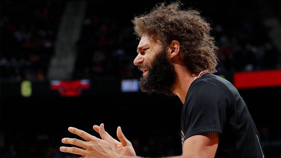 Robin Lopez lashes out at chair after ejection