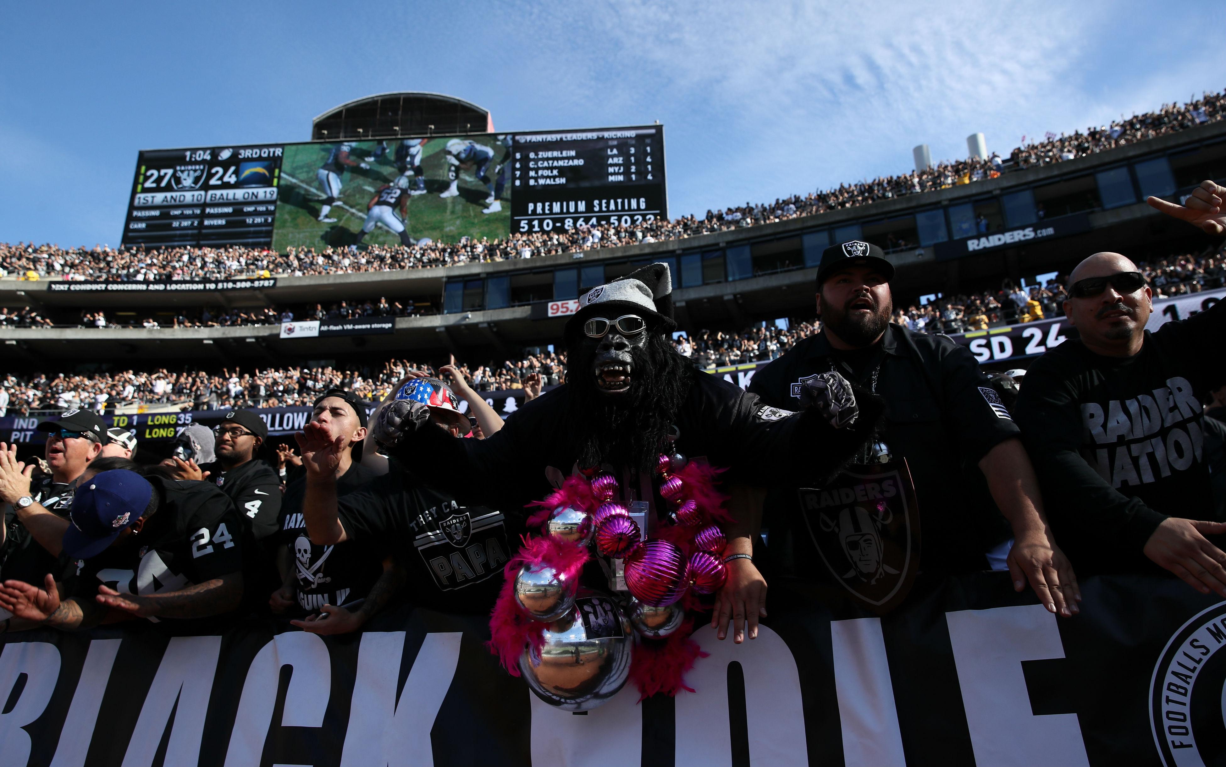 Raiders-fans-101217-Getty.jpg