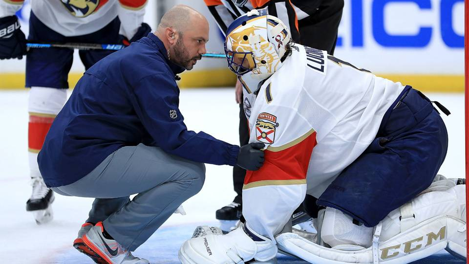 Panthers' lose Roberto Luongo to apparent knee injury in season-opening loss