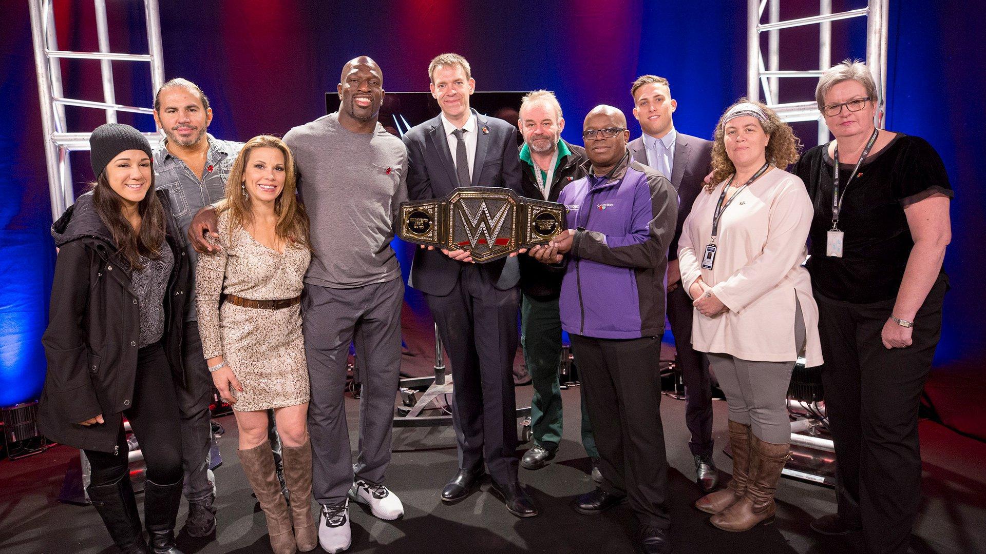 テロ現場のスタッフと救命隊員に、WWEチャンピオンベルトを授与