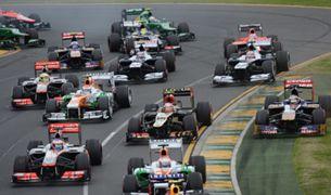 レースをするf1カー